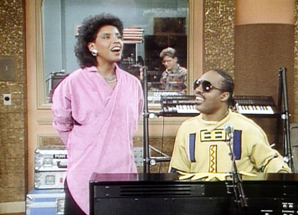 "Clair (Phylicia Rashad, l.) singt mit dem leibhaftigen Stevie Wonder (Stevie Wonder, r.) im Duett: ""I Just Called To Say I Love You"". - Bildquelle: Viacom"