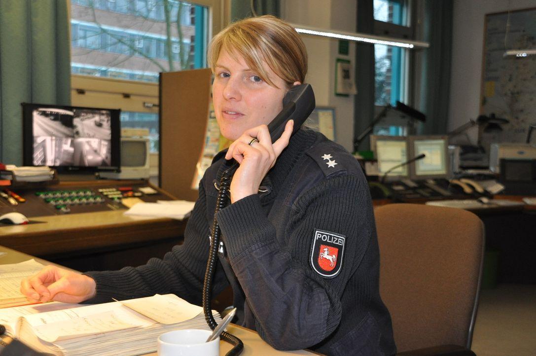 In Stade meldet sich ein Anrufer bei Maike Berdin. Angeblich entsorgt in seiner Siedlung ein Unbekannter illegal Müll ... - Bildquelle: kabel eins