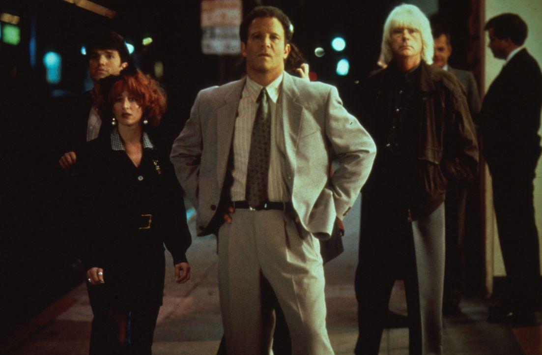 Erfolgs-Produzent Burke Adler (Albert Brooks, M.) sieht dem Set nach dem Rechten ... - Bildquelle: Columbia Pictures