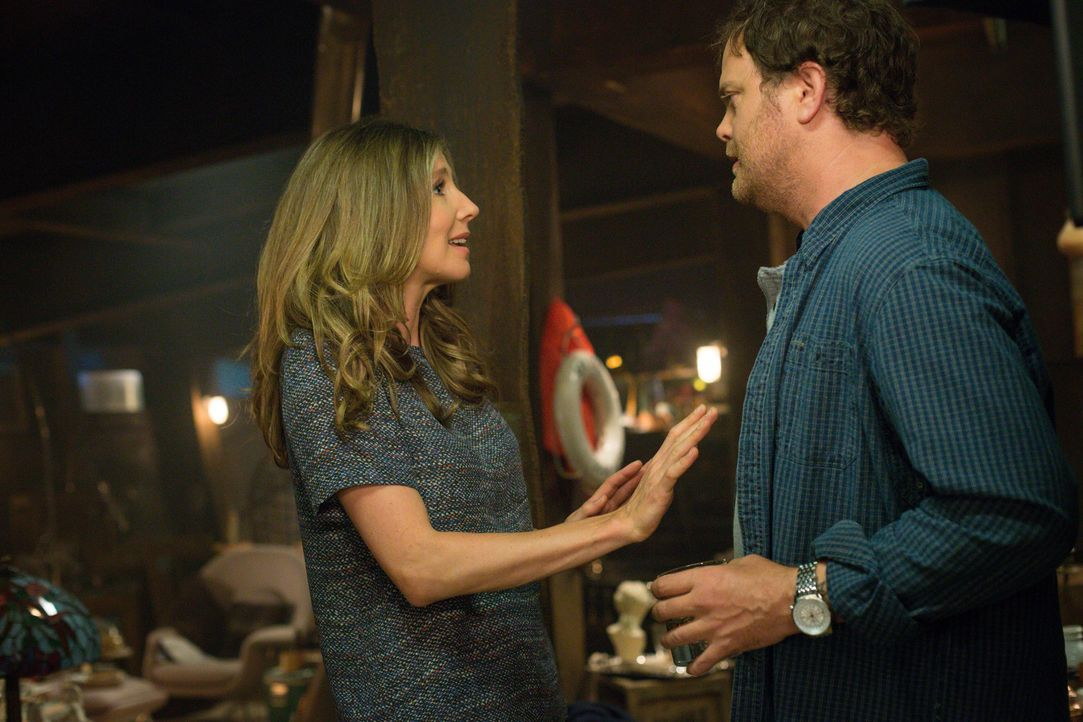 Als auch noch Amy (Sarah Chalke, l.) bei Backstrom (Rainn Wilson, r.) auftaucht, ist das Chaos perfekt ... - Bildquelle: 2015 Fox and its related entities. All rights reserved.