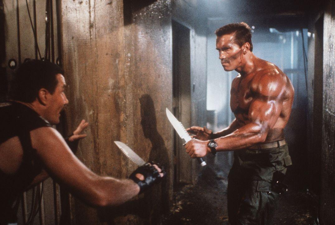 Weil eine südamerikanische Terrortruppe seine Tochter Jenny entführt, muss John Matrix (Arnold Schwarzenegger, r.) noch einmal in den Kampf ziehen... - Bildquelle: 20th Century Fox Film Corporation