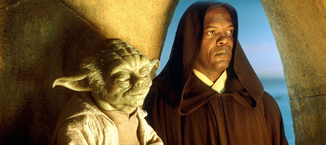 Weil die Meister Mace Windu (Samuel L. Jackson, r.) und Yoda (Frank Oz, r.) ahnen, dass sich seine außergewöhnlich stark ausgeprägte Macht in eine u... - Bildquelle: 1999 Lucasfilm Ltd. & TM All rights reserved Used with permission