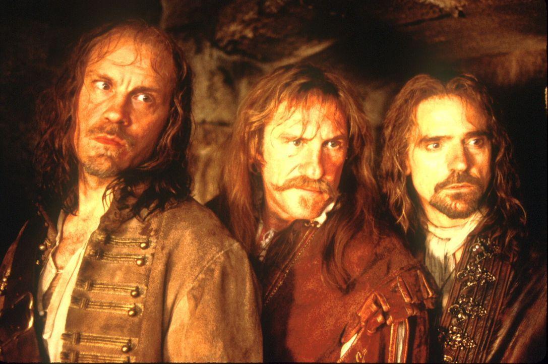 Die drei Musketiere Aramis (Jeremy Irons, r.), Athos (John Malkovich, l.) und Porthos (Gérard Depardieu, M.) hecken einen geschickten Plan aus: Sie... - Bildquelle: 1998 UNITED ARTISTS PICTURES INC. All Rights Reserved