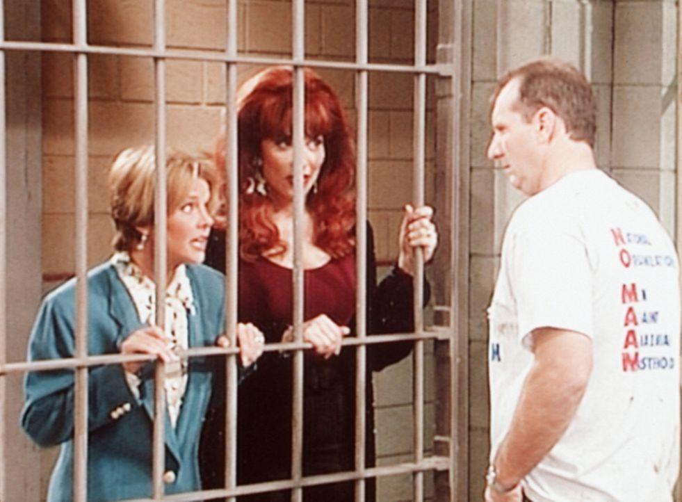 Marcy (Amanda Bearse, l.) und Peggy (Katey Sagal, M.) statten Al (Ed O'Neill, r.) einen Besuch in der Zelle ab. - Bildquelle: Columbia Pictures