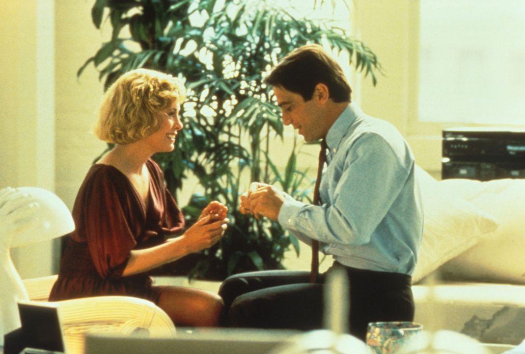 Seit TV-Manager Doug Simpson (Tony Danza, r.) seiner Tochter nachspioniert, hat er kaum noch  Zeit für seine Freundin Janet (Catherine Hicks, l.). - Bildquelle: Columbia Pictures
