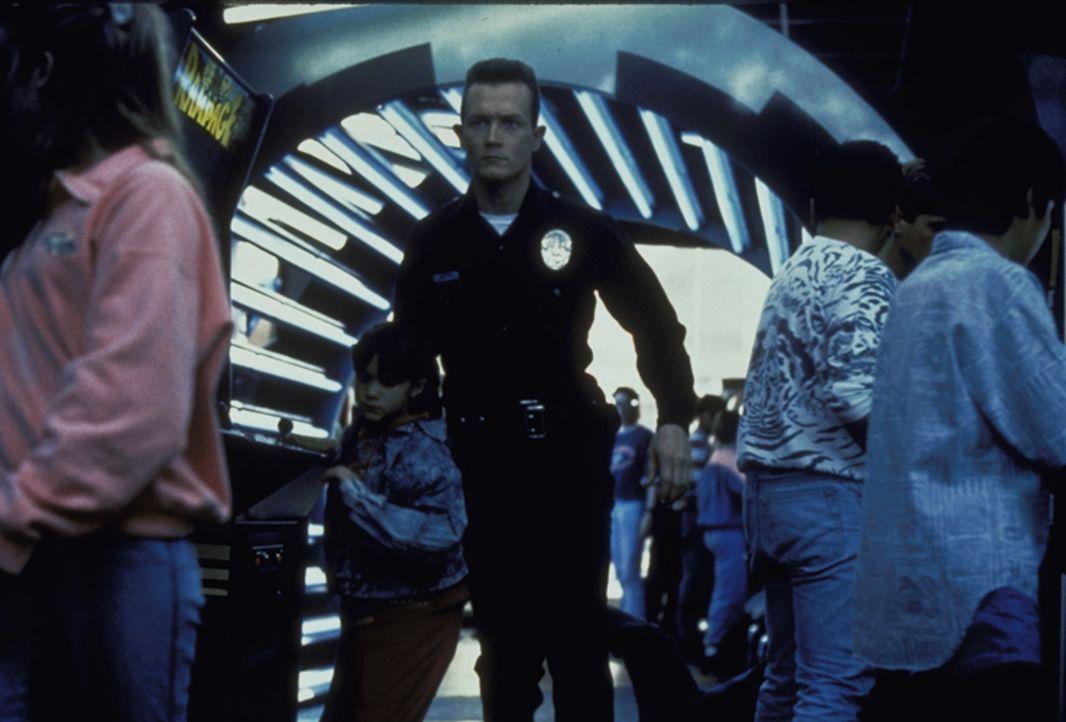 Der nahezu unzerstörbare Cyborg T-1000 (Robert Patrick, M.) wird aus der Zukunft in die Vergangenheit geschickt, um John Connor, der die Menschheit... - Bildquelle: Columbia TriStar Films
