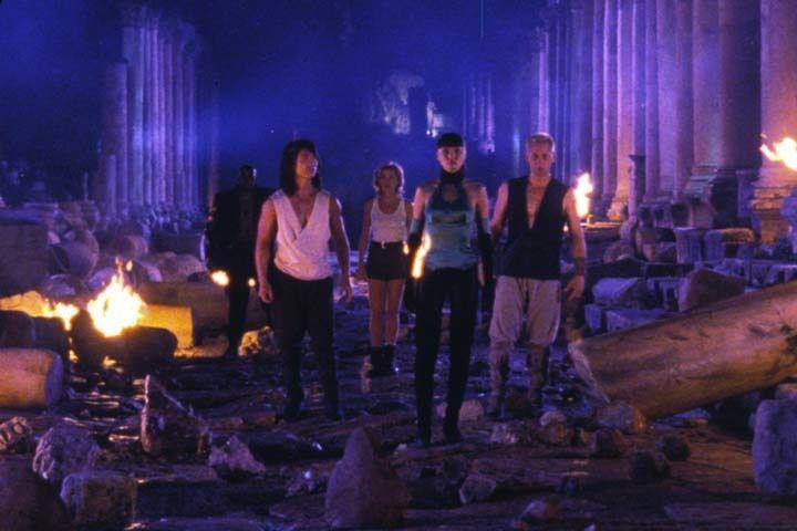 Lord Rayden (James Remar, r.) und seine treuen Gefährten Liu Kang (Robin Shou, 2.v.l.), Sonya Blade (Sandra Hess, M.), der armkräftige Jax (Lynn Red... - Bildquelle: Warner Bros.