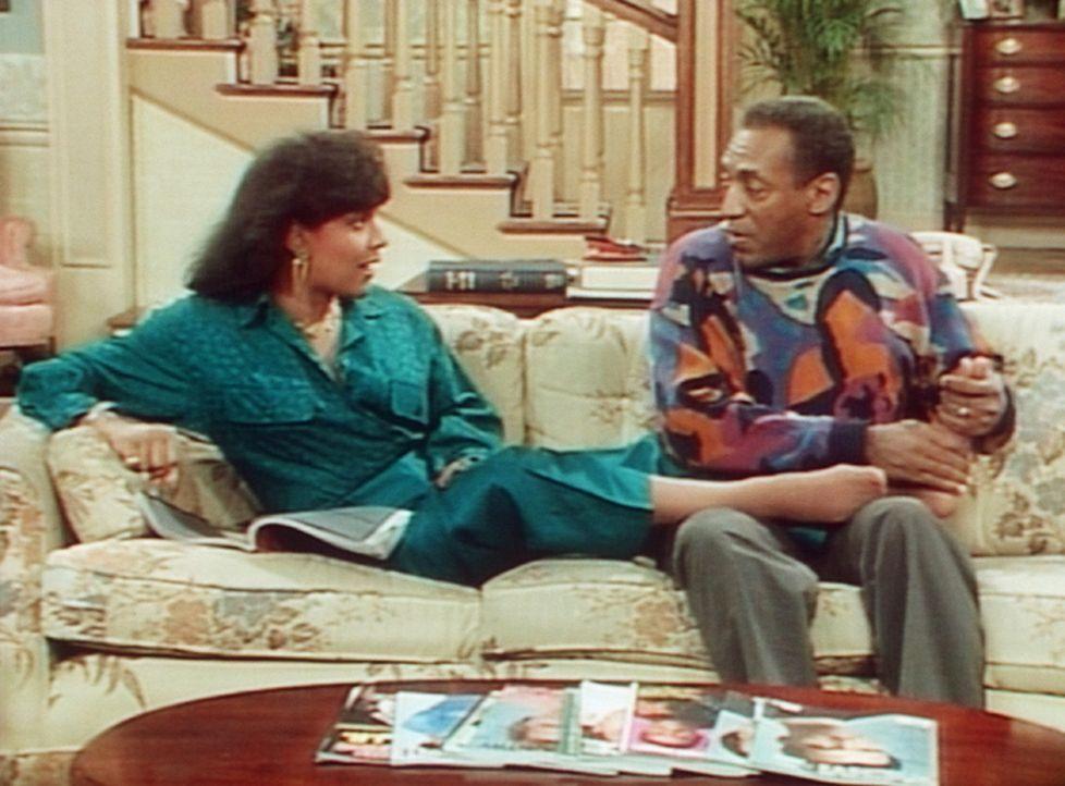 Cliff (Bill Cosby, r.) weiß, was er bei seiner Frau Clair (Phylicia Rashad, l.) alles erreichen kann; seine Geheimwaffe ist eine Fußmassage. - Bildquelle: Viacom
