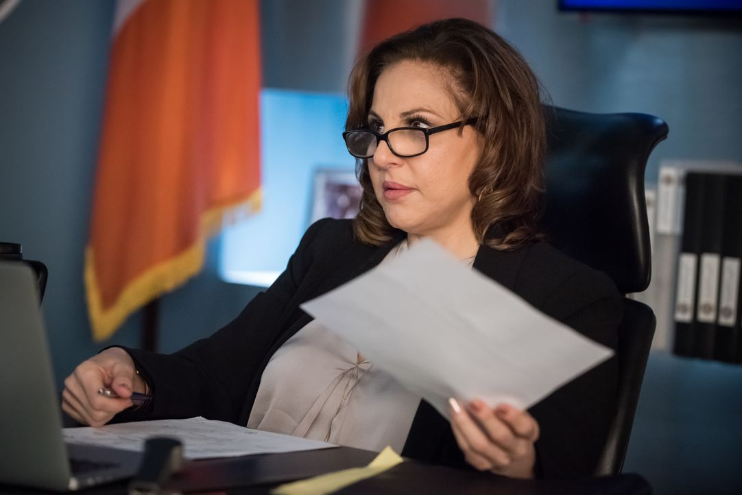 Nachdem Als Erzfeindin Captain Sandra Russo (Kathy Najimy) als Nachfolgerin für Eliot auserkoren wurde, möchte diese einiges in der Major Crimes Uni... - Bildquelle: Jeff Neumann 2015, 2016 Sony Pictures Television Inc. All Rights Reserved. / Jeff Neumann