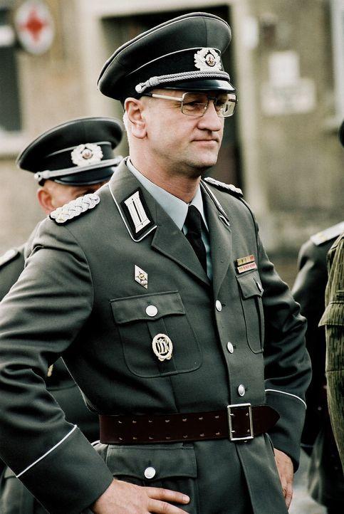 Oberst Kalt (Detlev Buck) hat sich der Aufgabe verschrieben, den Nachwuchs der Deutschen Demokratischen Republik militärisch auszubilden. Mit willk... - Bildquelle: Delphi