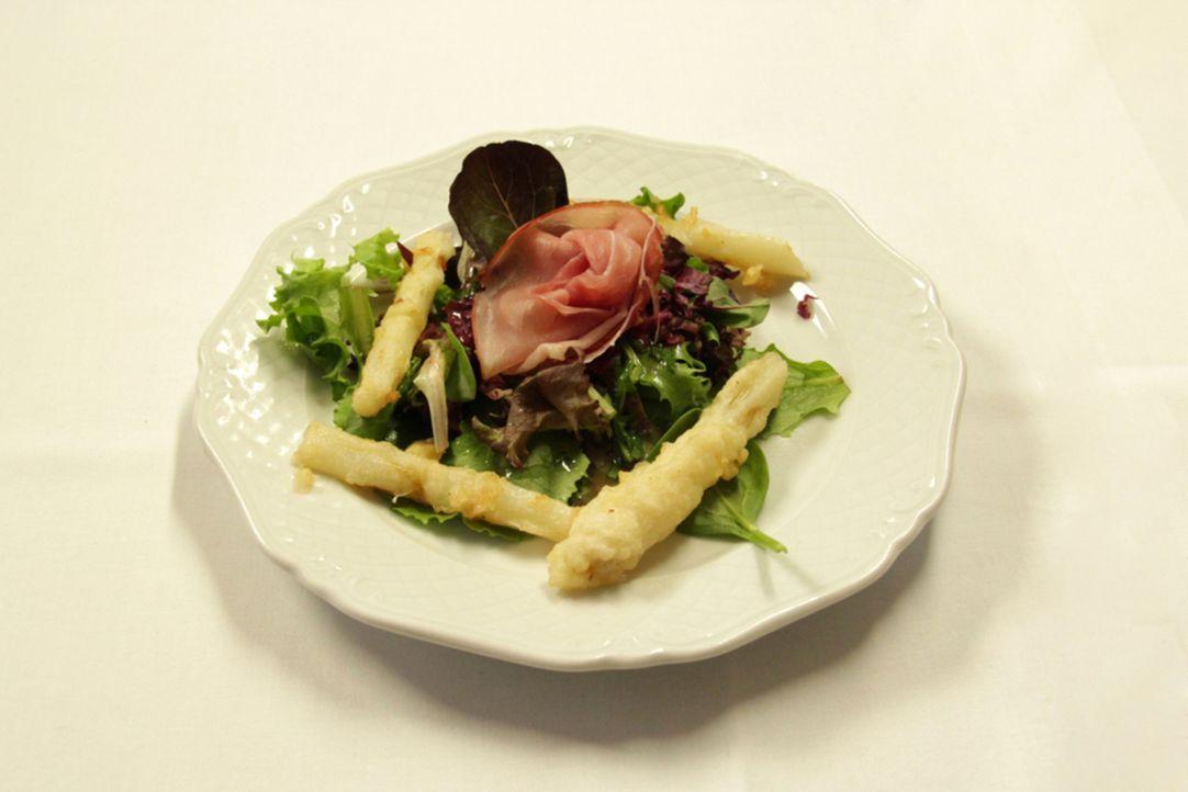 """Gratinierter Spargel an Schinken und Salaten der Saison eröffnen das Menü für die Testesser - kann der """"Landgasthof Engels"""" damit überzeugen? - Bildquelle: kabel eins"""