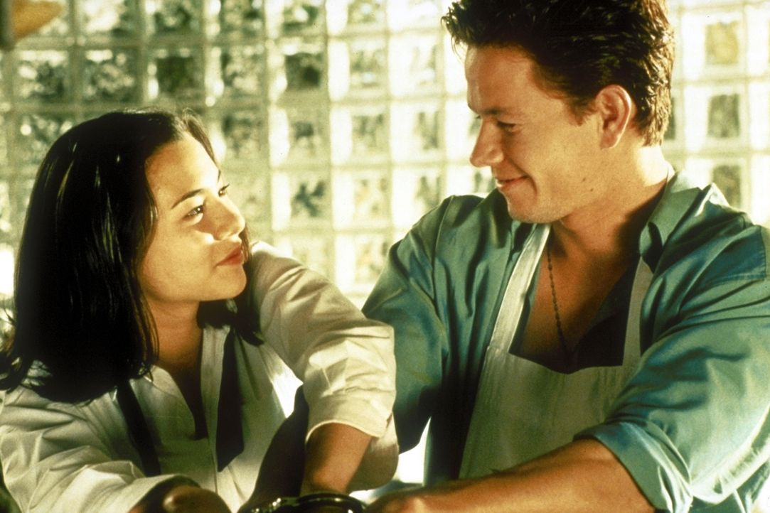 Obwohl ihr Onkel ihm ein Killerkommando auf den Hals hetzt, verliebt sich der sympathische Profikiller Mel (Mark Wahlberg, r.) in das Entführungsop... - Bildquelle: Columbia Pictures
