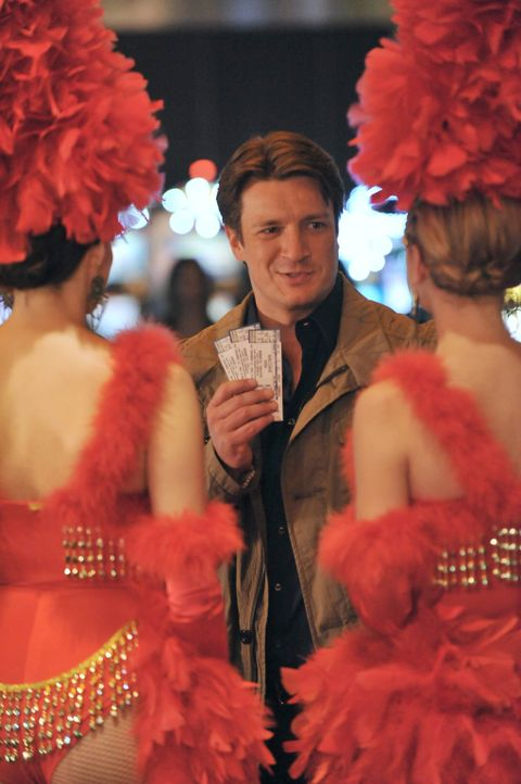 Castle (Nathan Fillion) amüsiert sich im Casino ... - Bildquelle: 2011 American Broadcasting Companies, Inc. All rights reserved.