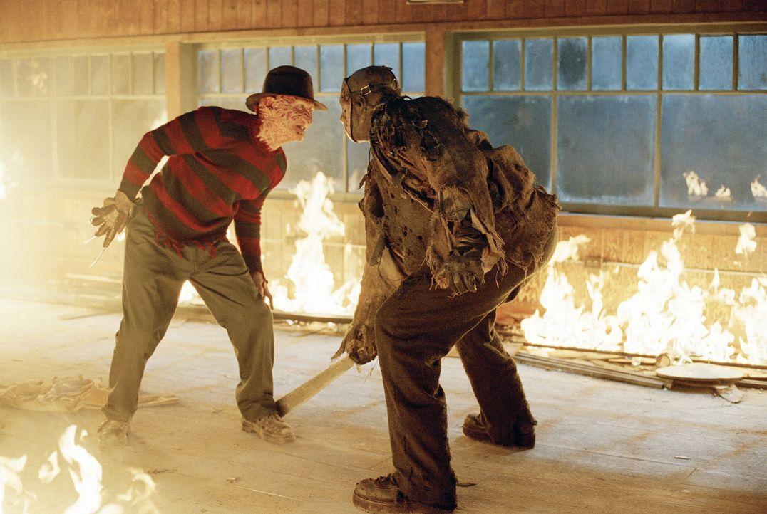 Die Schlacht der Schlachten hat begonnen: Freddy Krueger (Robert Englund, l.) und Jason Voorhees (Ken Kirzinger, r.) ... - Bildquelle: Warner Bros. Pictures
