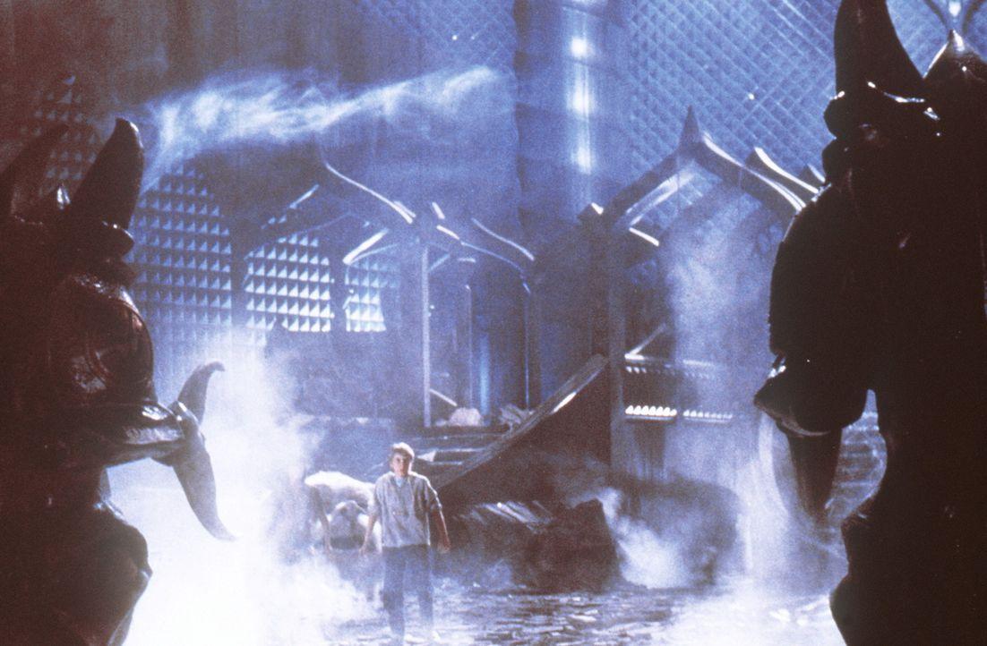 Bastian (Jonathan Brandis, M.) verfällt bald den Zauberkräften der Hexe Xayide, die ihm fast all seine Erinnerungen raubt ... - Bildquelle: Warner Bros.