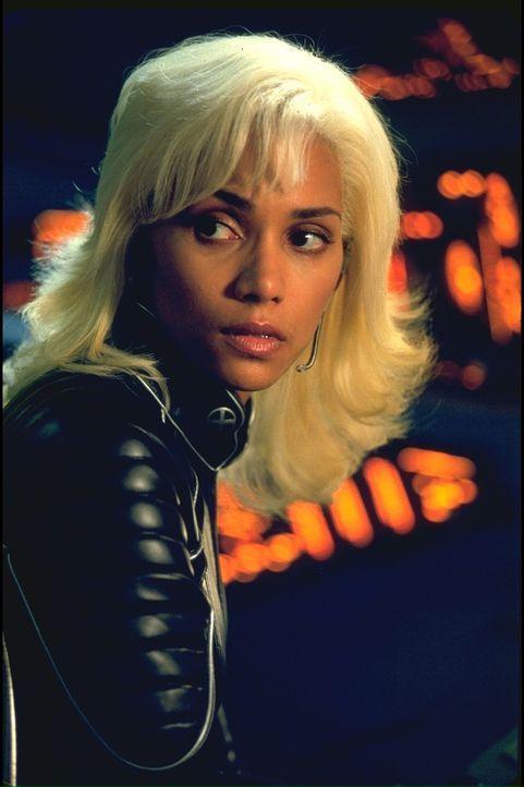 Versucht, einen Mutanten zu finden, der einen Mordanschlag auf den Präsidenten begangen hat: Storm (Halle Berry) ... - Bildquelle: 20th Century Fox International Television