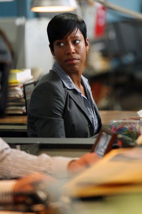 Detective Lydia Adams (Regina King) hat kein Verständnis für eine Frau, die ihr Kind bei dem drogensüchtigen Vater gelassen hat. Durch diesen Fall w... - Bildquelle: Warner Brothers