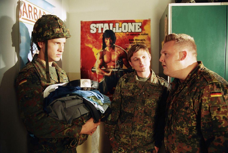 Kaum in der Kaserne angekommen, trifft Basti Lämmle (Franz Dinda, l.) auf seine neuen Zimmerkollegen Schleifer (Florian Lukas, M.) und Ufo (Axel St... - Bildquelle: Constantin Film