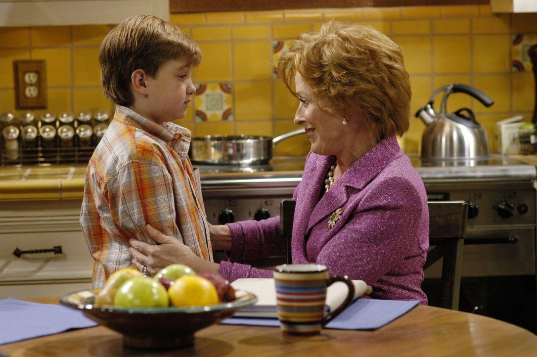 Evelyn (Holland Taylor, r.) versucht ihren Enkel Jake (Angust T. Jones, l.) zu trösten, der mit der Trennung seiner Mutter nicht klar kommt ... - Bildquelle: Warner Brothers Entertainment Inc.
