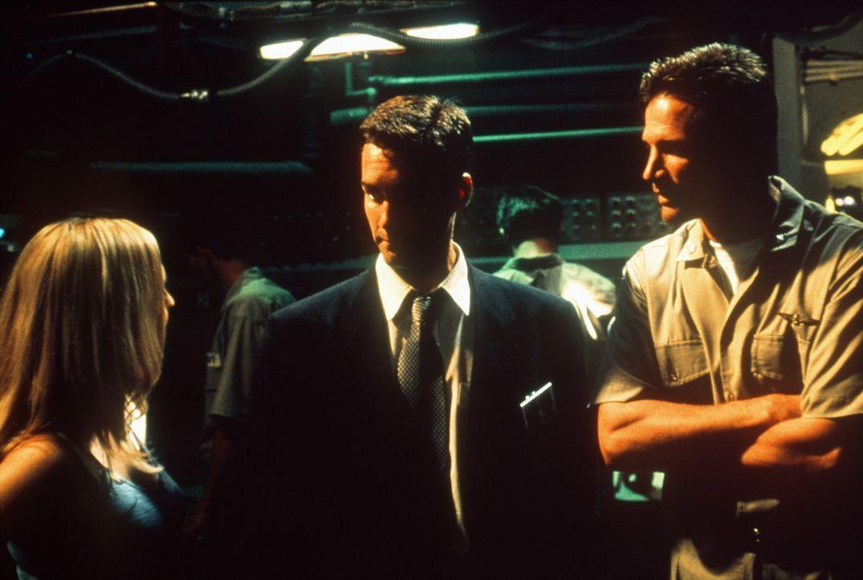 Fern von der Heimat kann CIA - Agent John Turner (Jay Harrington, M.) einen gefährlichen Terroristen dingfest machen. Die Überführung des Verbrec... - Bildquelle: Nu Image