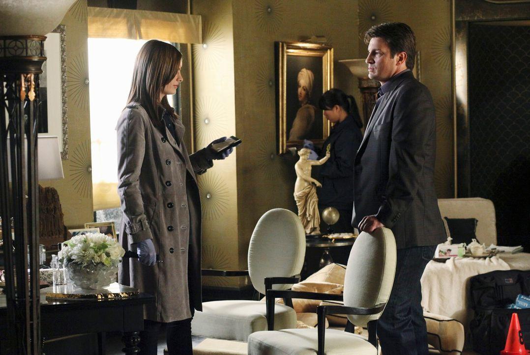 In der Wohnung der ermordeten Hellseherin sind Beckett (Stana Katic, l.) und Castle (Nathan Fillion, r.) auf der Suche nach Hinweisen. - Bildquelle: 2010 American Broadcasting Companies, Inc. All rights reserved.