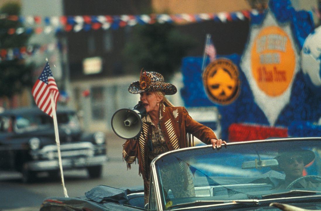 Erst sehr spät erkennt die Bürgermeisterin (Joan Van Ark), dass sich die Bevölkerung in Todesgefahr befindet ... - Bildquelle: Regent Entertainment