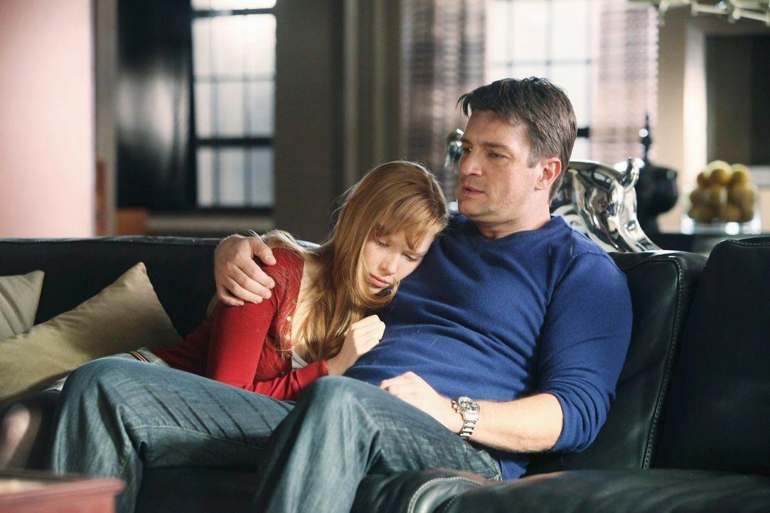 Auch an Alexis (Molly C. Quinn, l.) gehen die Ereignisse der letzten Stunden nicht spurlos vorüber. Ihr Vater (Nathan Fillion, r.) versucht sie zu b... - Bildquelle: ABC Studios