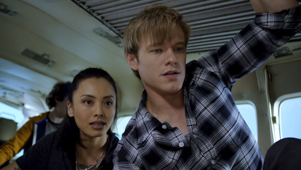 Desi Nguyen (Levy Tran, l.); Angus MacGyver (Lucas Till, r.) - Bildquelle: 2020 CBS Broadcasting, Inc. All Rights Reserved