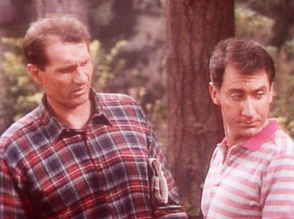 Al (Ed O'Neill, l.) und Steve (David Garrison, r.) haben sich im Wald verlaufen. - Bildquelle: Columbia Pictures