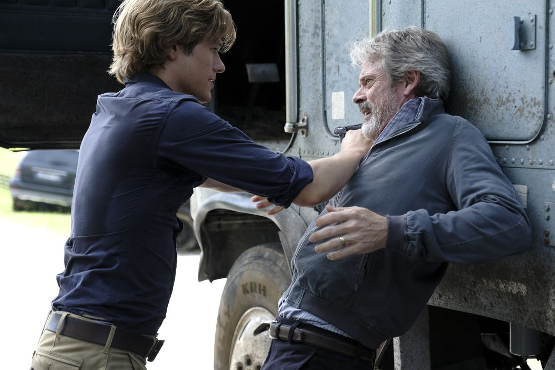 MacGyver (Lucas Till, l.); Vasil (C. Thomas Howell, r.) - Bildquelle: Guy D'Alema 2018 CBS Broadcasting, Inc. All Rights Reserved. / Guy D'Alema