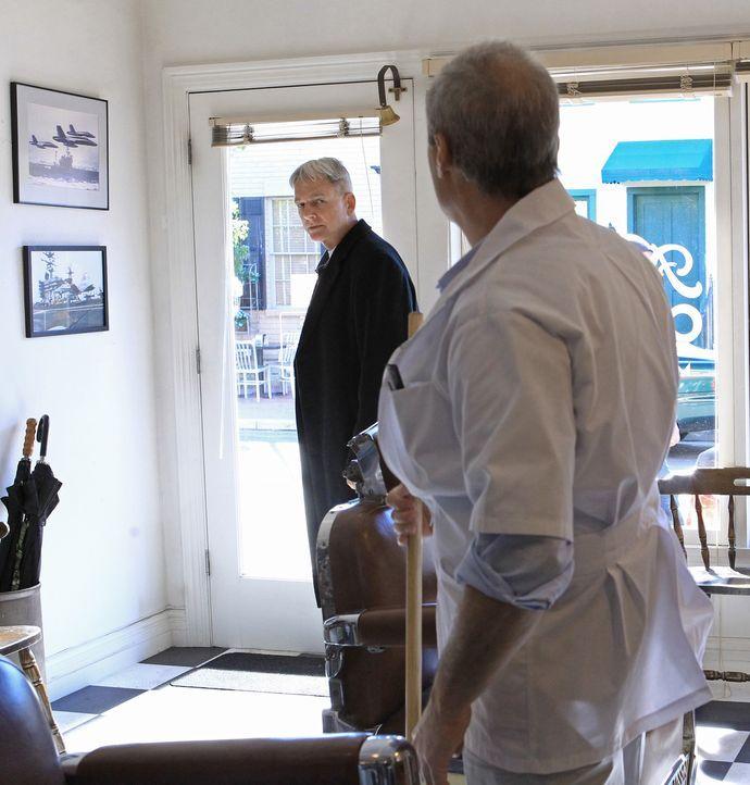 Bittet Gibbs (Mark Harmon, l.) um Hilfe: Frankie Dean (Jay Acovone, r.) ... - Bildquelle: CBS Television