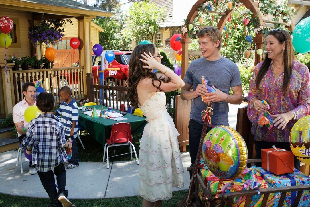 Eli (Jamie Kennedy, hinten l.), Ned (Christoph Sanders, 2.v.r.) und Delia (Camryn Manheim, r.) amüsieren sich auf der Geburtstagsparty, die Melinda... - Bildquelle: ABC Studios