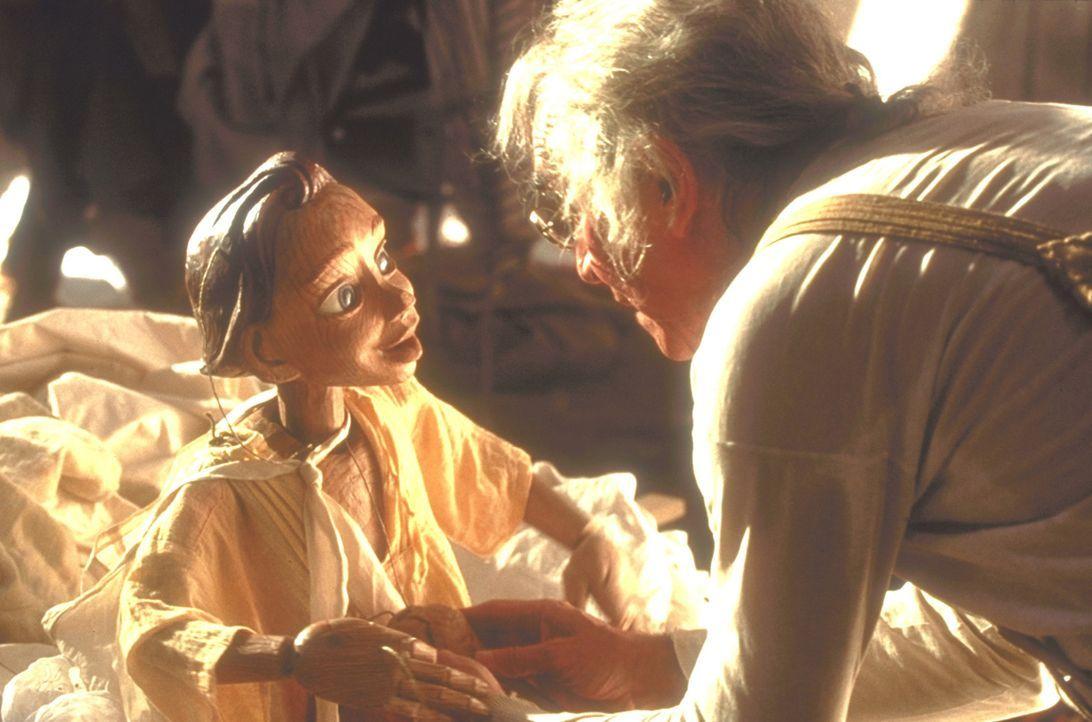 Als der alte Holzschnitzer Gepetto (Martin Landau) eines Tages ein Stück Holz findet, schnitzt er daraus eine neue Marionette, die er Pinocchio nen... - Bildquelle: Warner Bros.