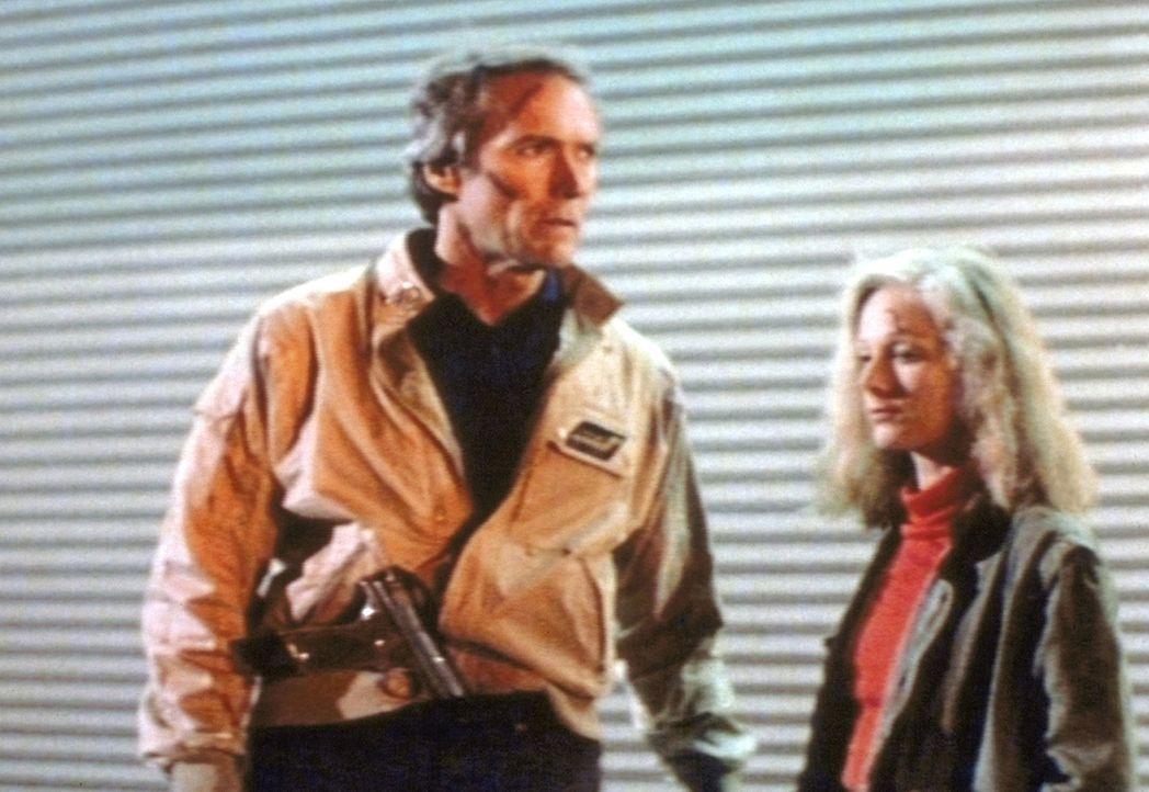 Harry (Clint Eastwood, l.) kommt Jennifer (Sondra Locke, r.) bald auf die Spur und erkennt, dass sie die gesuchte Mörderin ist ... - Bildquelle: Warner Bros.