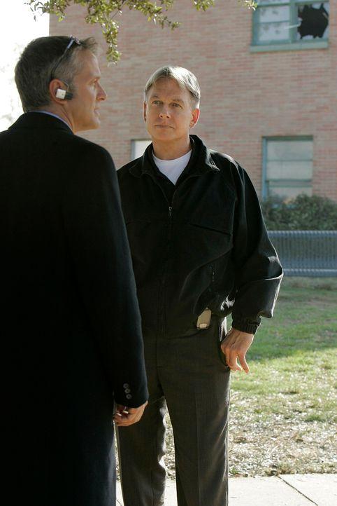 Gibbs (Mark Harmon, r.) befragt Ray Vincent (Patrick Fabian, l.) zu einem neuen Fall ... - Bildquelle: CBS Television