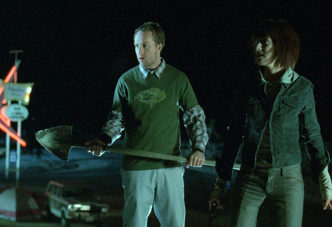 Die Freunde Gretchen (Tina Payne, r.), und Jack (Devon Gummersall, l.) sind unterwegs zu einer Rave-Party in der Wüste. Doch plötzlich bleibt ihr Au... - Bildquelle: Telepool