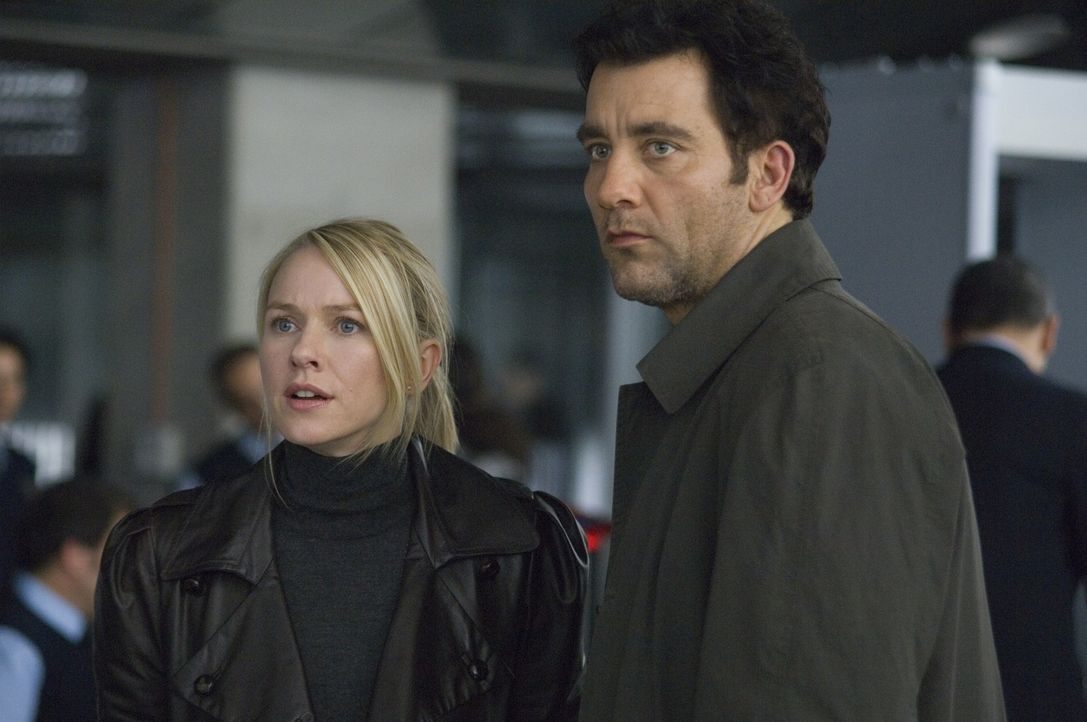 Erst viel zu spät wird dem Interpol-Agenten Louis Salinger (Clive Owen, r.) und der New Yorker Staatsanwältin Eleanor Whitman (Naomi Watts, l.) klar... - Bildquelle: 2009 Columbia Pictures Industries, Inc. and Beverly Blvd LLC. All Rights Reserved.