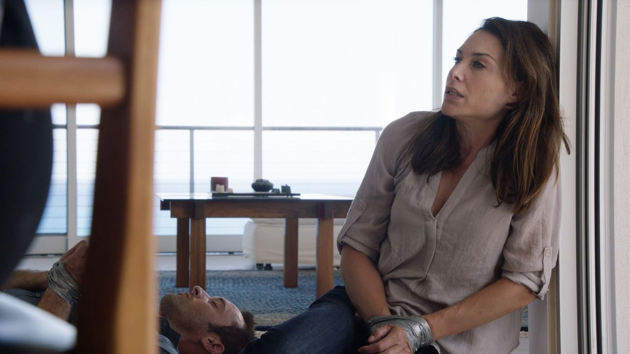 Als sie weiter nach dem Schachfiguren-Serienkiller suchen, geraten Steve (Alex O'Loughlin, l.) und Alicia (Claire Forlani, r.) selbst in dessen Fäng... - Bildquelle: Norman Shapiro 2016 CBS Broadcasting, Inc. All Rights Reserved / Norman Shapiro