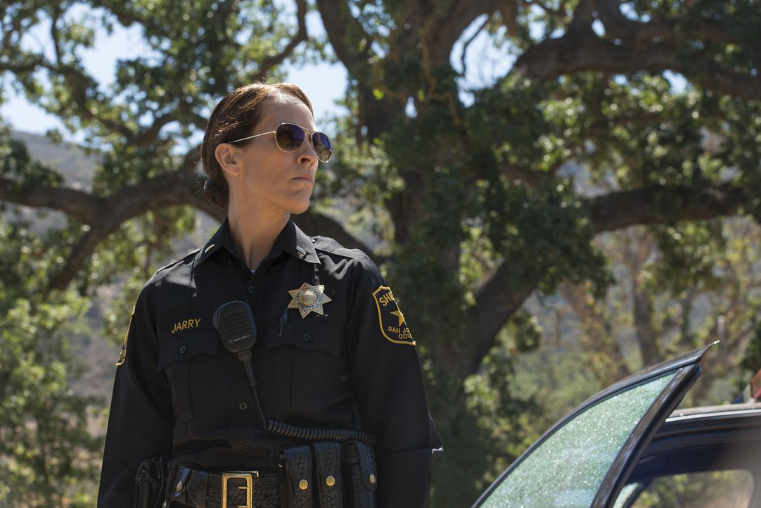 Zur falschen Zeit am falschen Ort: Sheriff Althea Jarry (Annabeth Gish) kann nicht fassen, was sie am Tatort erwartet ... - Bildquelle: Prashant Gupta 2013 Twentieth Century Fox Film Corporation and Bluebush Productions, LLC. All rights reserved.