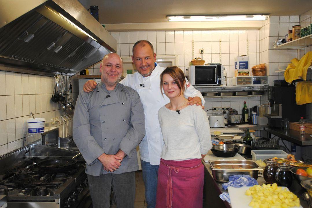 """Küchenhilfe Klaudia (r.) und ihr Chef Oliver (l.) hoffen, dass Frank Rosin (M.) ihnen Tipps geben kann, wie sie das """"Landhaus Eyendorf"""" vor dem fina... - Bildquelle: kabel eins"""