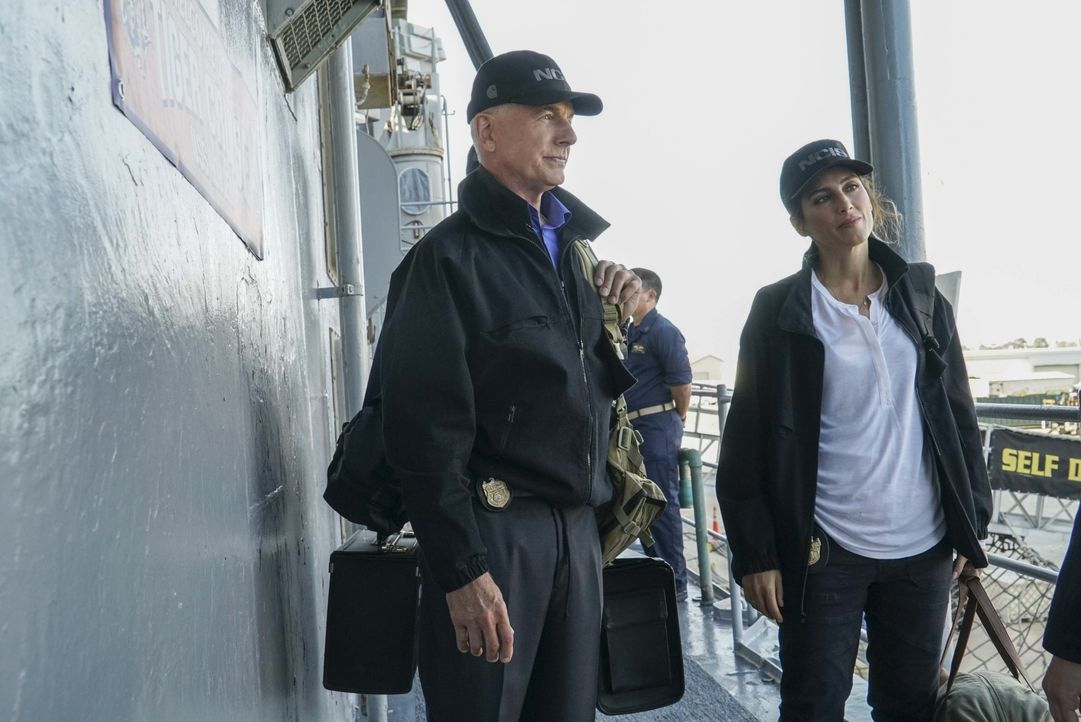 An Bord: Gibbs (Mark Harmon, l.) und Quinn (Jennifer Esposito, r.). Während dem Tiger Cruise wird eine Frau der Navy auf kaltblütige Weise ermordet.... - Bildquelle: Bill Inoshita 2016 CBS Broadcasting, Inc. All Rights Reserved / Bill Inoshita