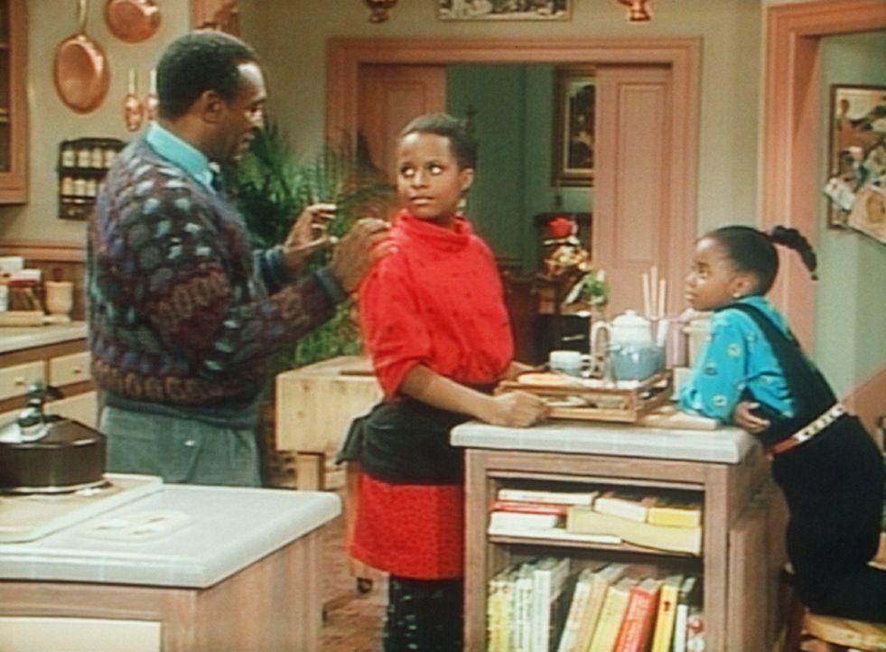 Cliff (Bill Cosby, l.) hat Frühstück für Clair gemacht, und Vanessa (Tempsett Bledsoe, M.) und Rudy (Keshia Knight Pulliam, r.) sollen es servier... - Bildquelle: Viacom