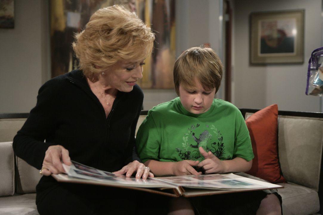 Da die Brüder im Streit liegen, zieht Alan mit seinem Sohn Jake (Angus T. Jones, r.) zu seiner Mutter Evelyn (Holland Taylor, l.). Doch wird das Zu... - Bildquelle: Warner Brothers Entertainment Inc.