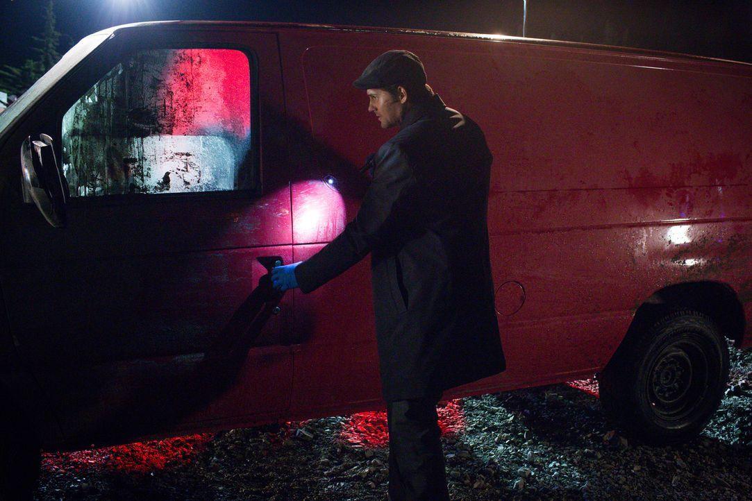 Die Suche nach dem drogenabhängigen Vermissten führt Niedermayer (Kristoffer Polaha) zu einem heruntergekommenen Lieferwagen. Könnte sich der Gesuch... - Bildquelle: 2015 Fox and its related entities. All rights reserved.