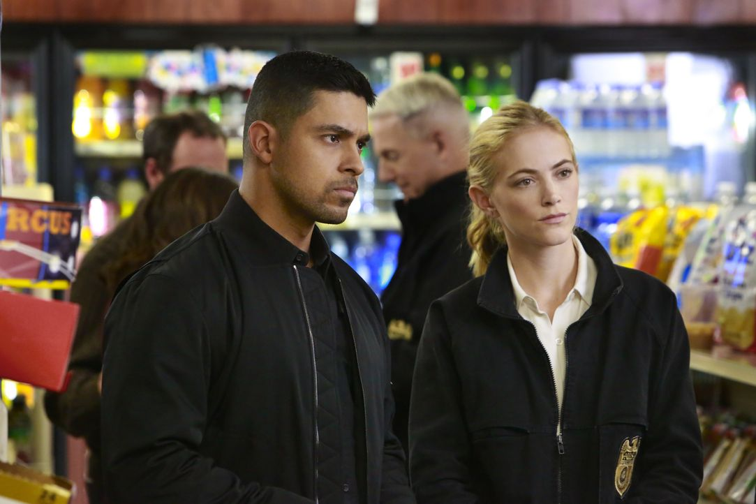 Wieso verschwindet ein wichtiger Zeuge vom Tatort des ermordeten Marine-Offiziers? Torres (Wilmer Valderrama, l.) und Bishop (Emily Wickersham, r.)... - Bildquelle: Bill Inoshita 2016 CBS Broadcasting, Inc. All Rights Reserved / Bill Inoshita