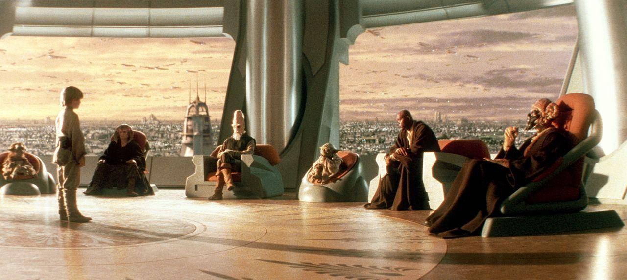 Um die Ausbildung zum Jedi-Ritter erhalten zu können, muss Anakin Skywalker (Jake Lloyd, 2.v.l.) sich dem Jedi-Rat (v.l.n.r.: Phil Eason, Khan Bonfi... - Bildquelle: 1999 Lucasfilm Ltd. & TM All rights reserved Used with permission