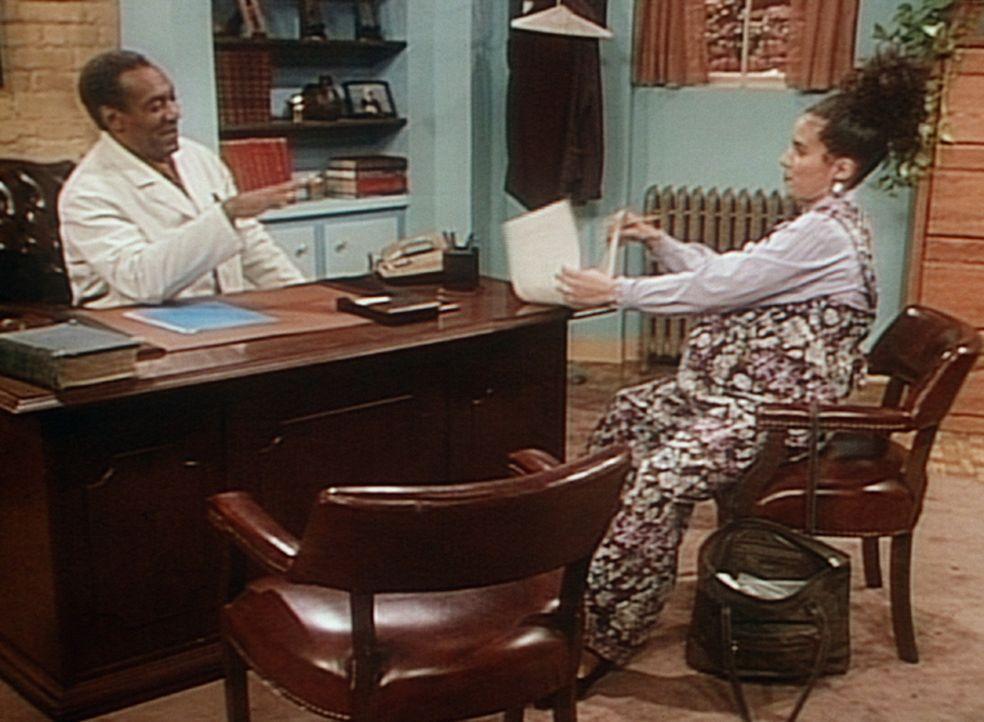Cliff (Bill Cosby, l.) hat mit seiner Patientin Mrs. Minifield (Lili Bernard, r.) nichts als Schwierigkeiten. - Bildquelle: Viacom