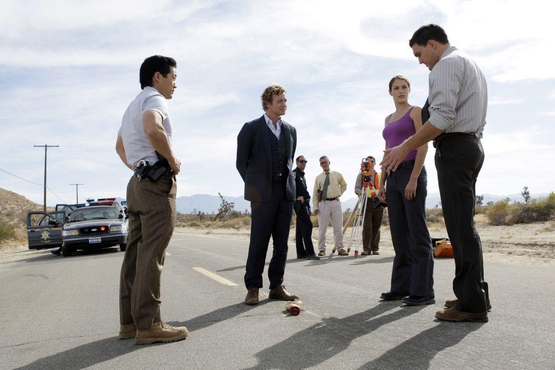 Auf einer Landstraße wird die abgetrennte Hand des Casinobesitzers James Meier gefunden. Auf seiner Handfläche steht die Zahl 43. Das Team (Tim Kang... - Bildquelle: Warner Bros. Television