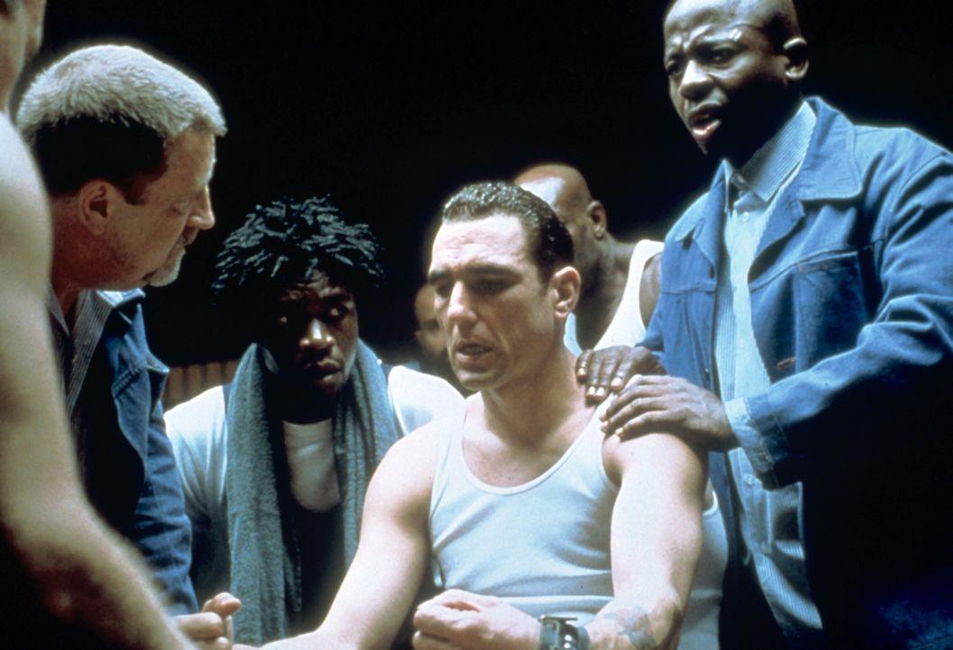 Gnadenlose Machtspiele beherrschen den Gefängnisalltag: Danny Meehan (Vinnie Jones, 2.v.r.) - Bildquelle: Paramount Pictures