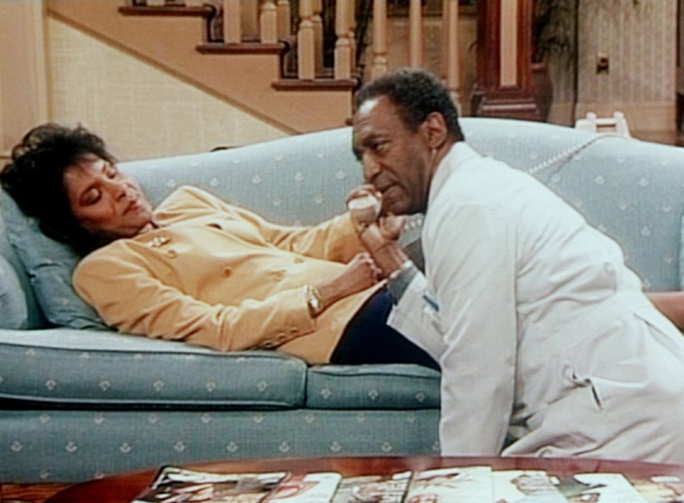 Cliff (Bill Cosby, r.) versucht, Sondra am Telefon klarzumachen, dass es nicht der günstigste Augenblick ist, Clair (Phylicia Rashad, l.) darum zu... - Bildquelle: Viacom